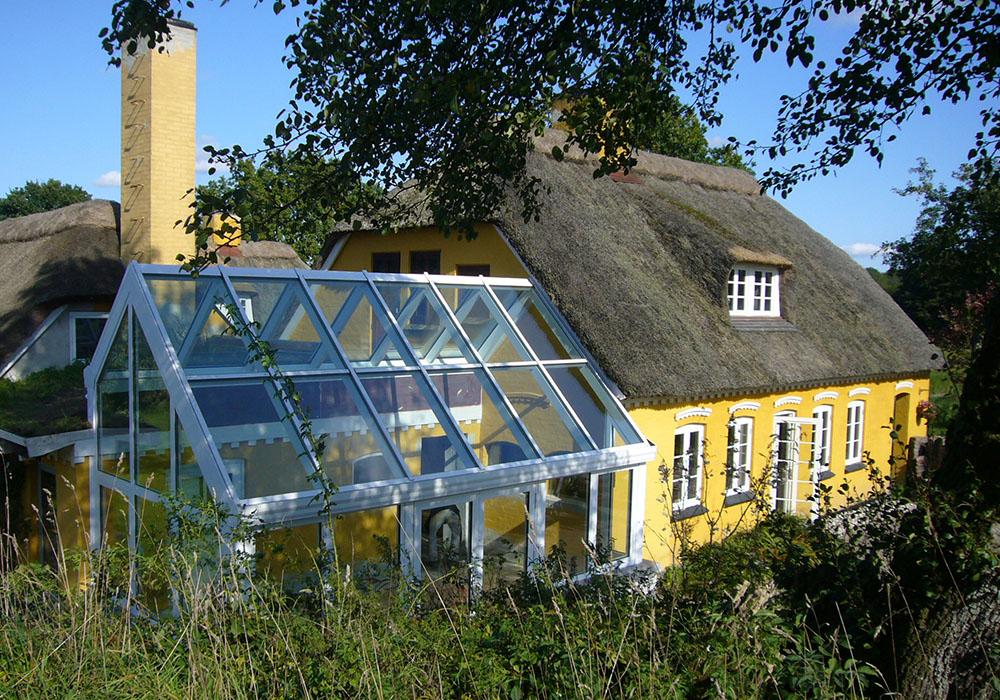 Helårsudestue_stråtægt hus