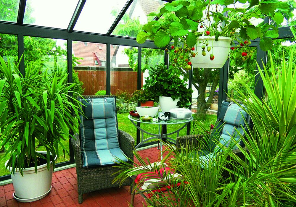 Orangeri fra ahlnor. en stue midt i haven med stor livskvalitet